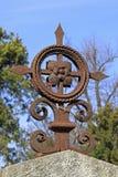 Vieille croix rouillée de pierre tombale Image stock