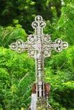 Vieille croix rouillée en métal dans un cimetière Photos stock
