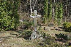 Vieille croix sur le 19ème - cimetière du 20ème siècle Image libre de droits