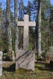 Vieille croix sur le 19ème - cimetière du 20ème siècle Images libres de droits