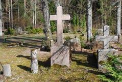 Vieille croix sur le 19ème - cimetière du 20ème siècle Image stock