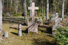 Vieille croix sur le 19ème - cimetière du 20ème siècle Images stock