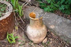 Vieille cruche cassée au sol gâché image libre de droits