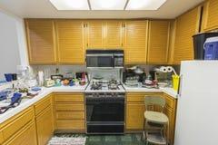 Vieille cuisine malpropre de logement photos libres de droits