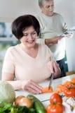 Vieille cuisson heureuse de couples Photographie stock