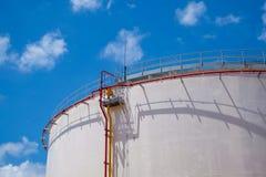 Vieille cuve de stockage d'essence et d'huile dans la centrale Photographie stock libre de droits