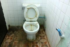 Vieille cuvette de toilettes sale et les salles de bains Image libre de droits