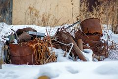 Vieille décharge rouillée en métal dans la neige photo stock