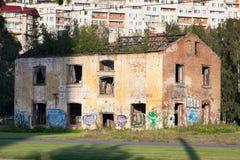 Vieille, délabrée maison avec le graffiti Photos stock