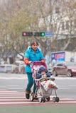 Vieille dame avec le petit-fils dans la voiture de bébé, Yiwu, Chine Image libre de droits