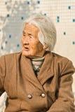 Vieille dame chinoise froissée avec les cheveux blancs, Pékin, Chine Photos stock