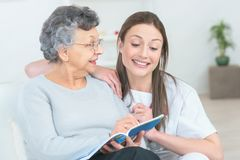 Vieille dame de aide à lire photos libres de droits