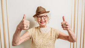 Vieille dame gaie montrant le signe correct photographie stock libre de droits
