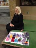 Vieille dame vendant des bottes de pantoufle de laine photographie stock libre de droits