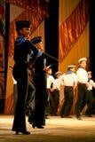 Vieille danse russe nationale traditionnelle acrobatique Yablochko de marin Image stock