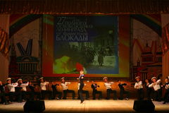 Vieille danse russe nationale traditionnelle acrobatique Yablochko de marin Photos stock