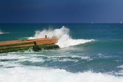 Vieille digue entrant dans la mer Photo stock