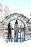 Vieille entrée de brique pendant l'hiver Images libres de droits