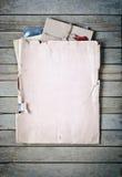Vieille enveloppe avec des papiers Image libre de droits