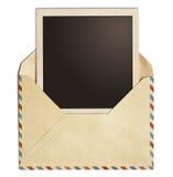 Vieille enveloppe de courrier d'air avec le cadre polaroïd de photo d'isolement Photos libres de droits