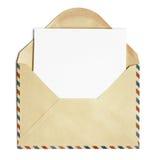Vieille enveloppe de courrier d'air ouvert avec la feuille de papier blanc d'isolement Photo stock