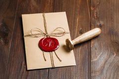 Vieille enveloppe de lettre avec le joint de cire Photos libres de droits