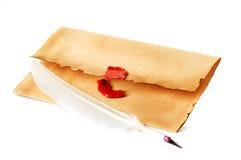 Vieille enveloppe, plan rapproché de stylo de cannette Photos stock