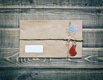 Vieille enveloppe sur la table en bois Image libre de droits
