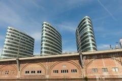 Vieille et moderne architecture sur la fête de rivière, Berlin Image stock