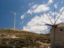 Vieille et nouvelle génération de moulins à vent, Images libres de droits
