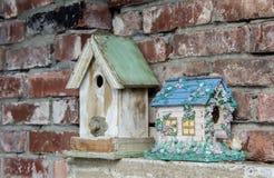Vieille et nouvelle maison d'oiseau Photographie stock libre de droits