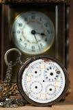 Vieille et par vintage cassée montre de poche Images stock