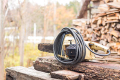 Vieille et rouillée coupe de lame de tronçonneuse sur en bois Photographie stock libre de droits