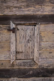Vieille et rouillée fenêtre en bois Images stock