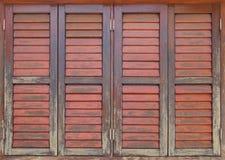 Vieille et superficielle par les agents fenêtre en bois Images libres de droits