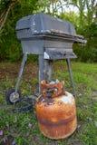 Vieille et très rouillée boîte métallique de propane et gril extérieur photos stock