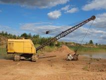 Vieille excavatrice jaune. Photographie stock libre de droits