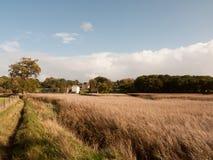 Vieille extrémité de bâtiment de beau moulin blanc de rivière côtière au delà du GR photo stock