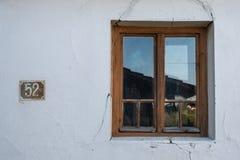 Vieille façade criquée avec la fenêtre en bois Image libre de droits