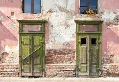 Vieille façade de ébrèchement avec deux portes fermées Photos stock