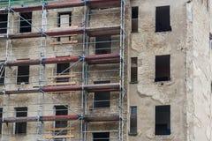 Vieille façade de bâtiment avec le chantier de construction d'échafaudage Images stock