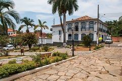 Vieille façade de bâtiment devant la rue de place et de pavé rond dans Bananal Image libre de droits