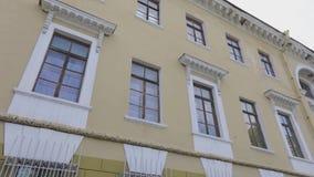 Vieille façade de construction soviétique Rétro bâtiment dans la couleur jaune clips vidéos