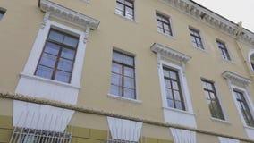 Vieille façade de construction soviétique Rétro bâtiment dans la couleur jaune banque de vidéos