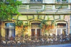 Vieille façade de construction sur les rues de Tbilisi, la Géorgie photos stock