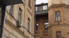Vieille façade de maison de brique banque de vidéos