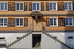 Vieille façade de maison de bardeau avec l'escalier externe Photo libre de droits