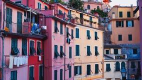 Vieille façade rocailleuse italienne de bâtiment avec des fissures et des abat-jour en bois ruinés Vieux style italien traditionn images stock