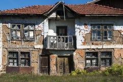 Vieille façade rurale grunge abandonnée de maison Photo libre de droits