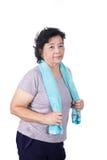 Vieille femme asiatique souriant après la séance d'entraînement, tenant la serviette autour du cou Images stock